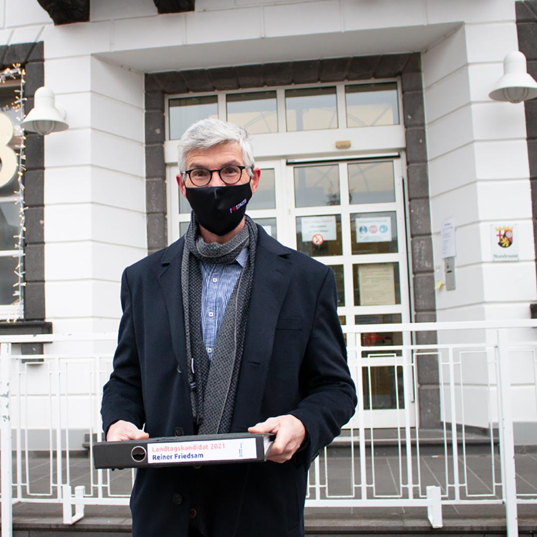 Direktkandiat Reiner Friedsam bei Abgabe seiner Unterstützerunterschriften für die Landtagswahl 2021
