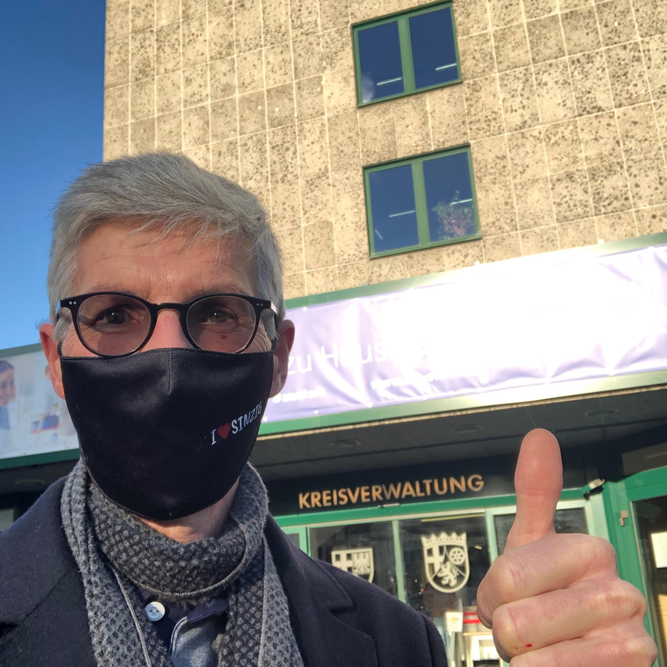 Landtagskandidat Reiner Friedsam reicht Wahlunterlagenbei Kreisverwaltung